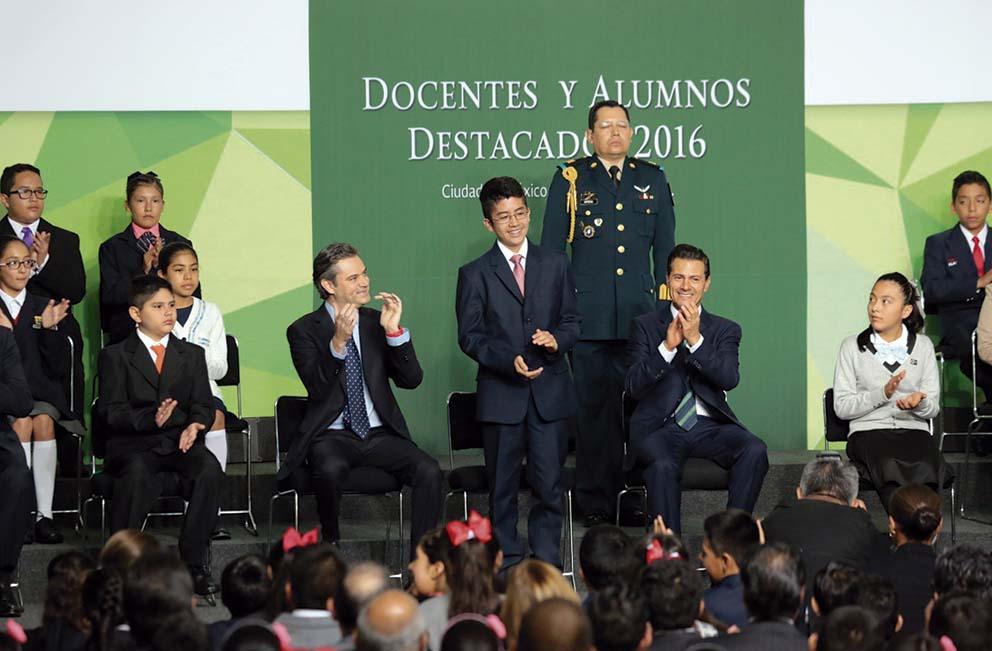 """Photo of """"Los alumnos destacados son fruto de lo que las maestras y maestros de nuestro país han sembrado para México"""": Enrique Peña Nieto"""