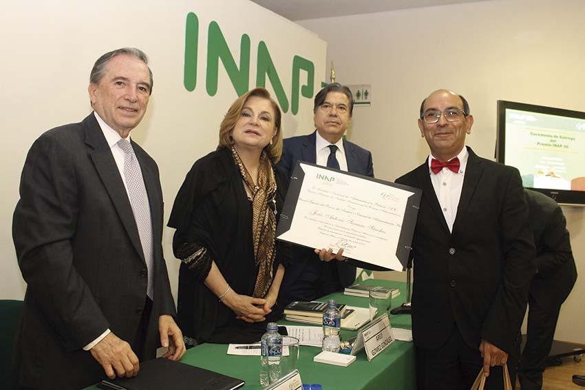 """Photo of Carlos Reta Martínez y Arely Gómez entregan el """"Premio de Administración Pública"""""""
