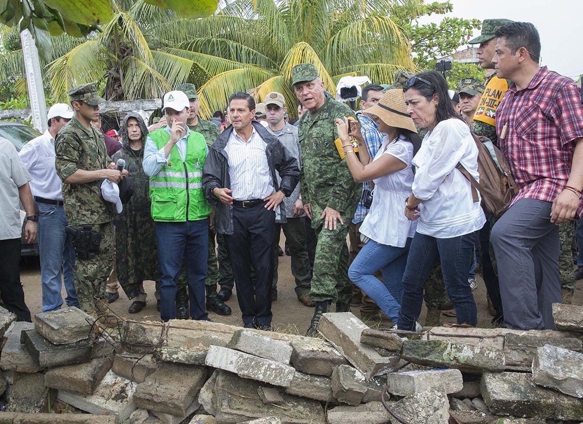 Photo of Es momento de mostrarnos ante el mundo como una familia unida y solidaria, una sola familia que es la familia mexicana: Enrique Peña Nieto