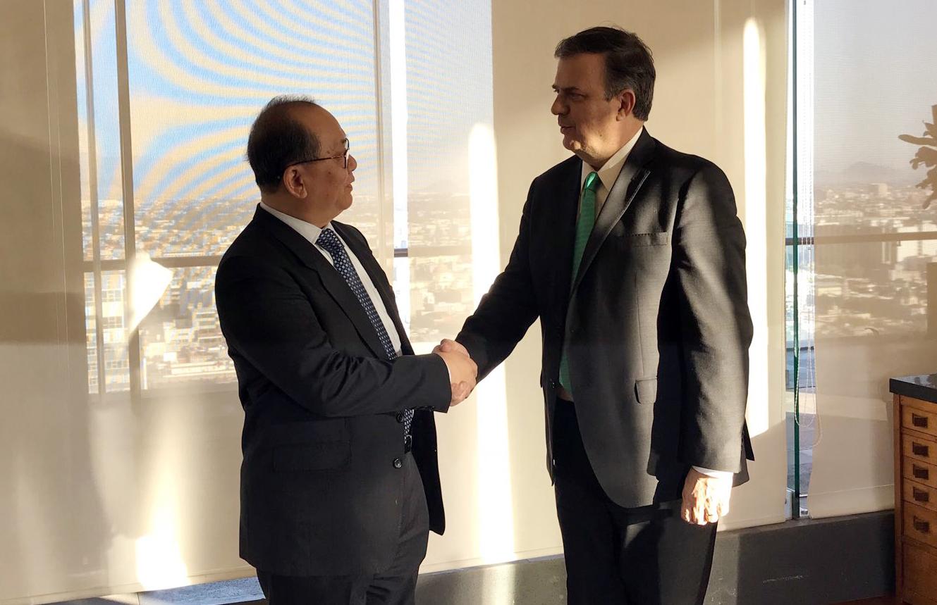 Photo of El Embajador de la República Popular de China, Qiu Xiaoqi entregó donativo para la atención a las víctimas de la explosión en Tlahuelilpan, Hidalgo
