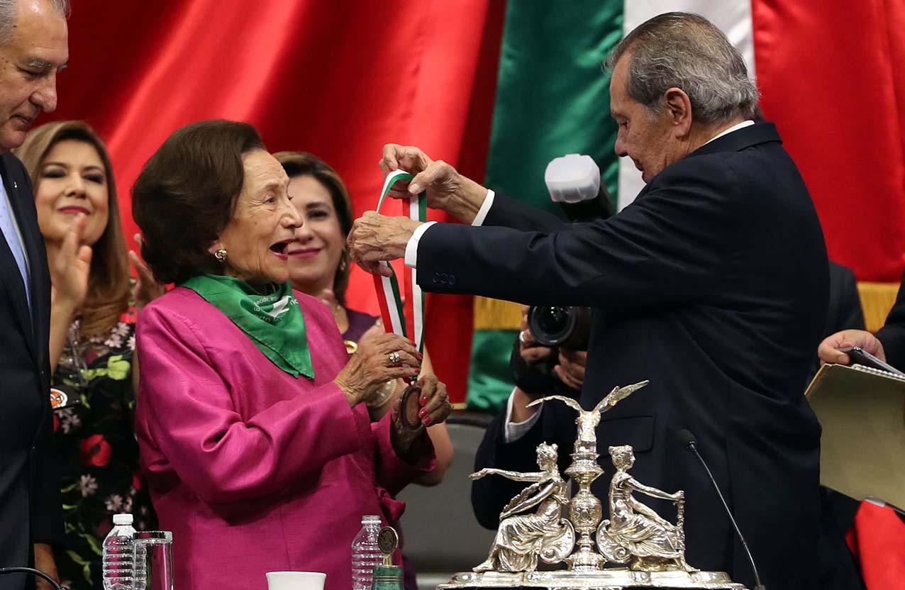 Photo of Entrega la Cámara de Diputados la medalla Sor Juana Inés de la Cruz, a la maestra Ifigenia Martínez